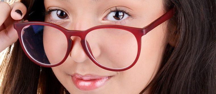 נערה עם משקפיים – ככה תבחרי משקפיים לדייט לוהט!